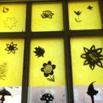 Rauman kuvataidekoulu 2017 Suomi100v installaatiota ripustetaan ikkunoihin