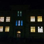 Rauman kuvataidekoulu 2017 Suomi100v valoinstallaatio loistaa ikkunoissa yön pimeydessä