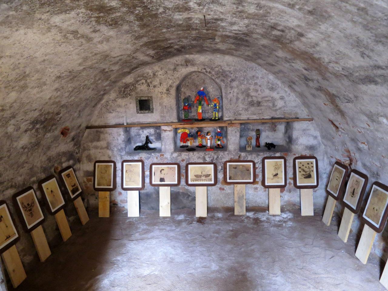 Rauman kuvataidekoulun kevätnäyttelyssä 2015 Egypti-aiheisia teoksia taidemuseon kellarissa