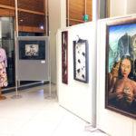 Rauman kansalaisopiston opettajien ja henkilökunnan näyttelyssä maalauksia, valokuvia, ompelutöitä ja kollaasitaidetta