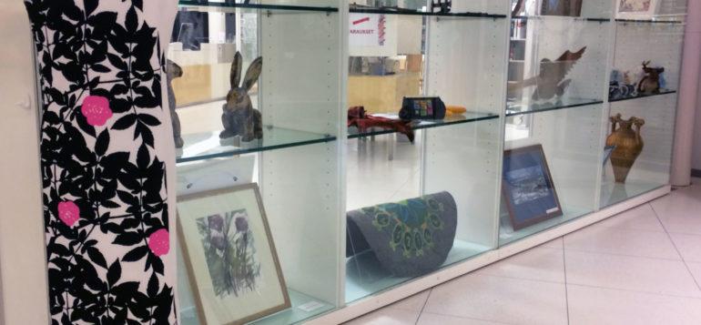 Rauman kansalaisopiston opettajien ja henkilökunnan näyttelytöitä vitriineissä
