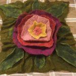 huovutettu kukka tyynyyn