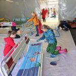 Rauman kuvataidekoulu 2018 taidepenkkejä maalataan Wihertoimen ulkovarastossa