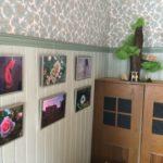 Rauman kuvataidekoulu 2018 valokuvapajan surrealistisia valokuvia Pakarin seinällä