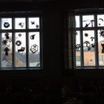 Rauman kuvataidekoulu 2017 Suomi100v installaatiota ripustetaan ikkunoihin värikkäät silkkipaperit ja kukat siluettina