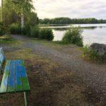 Rauman kuvataidekoulu 2018 taidepenkki Pitkäjärven rannalla