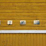 Rauman kuvataidekoulu 2018 valokuvapajan keramiikkavalokuvia ulkorakennuksen seinässä Marelan pihalla