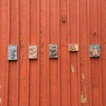 Rauman kuvataidekoulu 2018 keramiikkapajan reliefeitä ulkorakennuksen seinässä Marelan pihalla