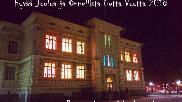 Rauman kuvataidekoulu 2017 Suomi100v valoinstallaatio loistaa ikkunoissa talvi-iltana joulukortti