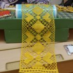 Keltainen pöydänjakaja