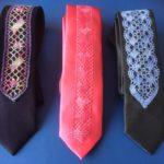 Musta solmio kirjavalla pitsillä, punainen solmio punaisella pitsillä ja musta solmio vaal.sinisellä pitsillä