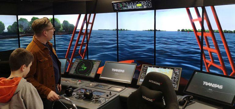 Opaskurssilaiset laivasimulaattorissa, ohjausnäkymä