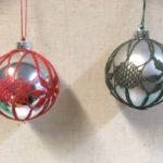 Punainen ja vihreä joulupallo