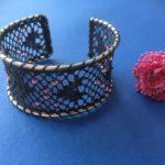 Rannerengas mustapitsi ja vaal.pun helmet, oikealla pun.pitsisormus