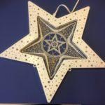 Ripustettava valkoinen tähti, keskellä nyplätty tähti