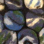 Sinisävyisestä kivialustasta yksityiskohta