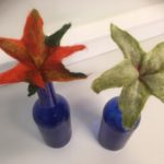 Vasemmalla oranssi kukka, oikealla vaalean vihreä kukka