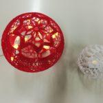 Virkattu joulupallo, vasemmalla punainen, oikealla valkoinen