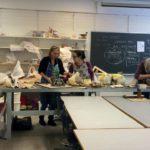 Ystävänpäivänä keramiikkaluokassa töiden äärellä