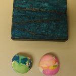 munankuorimosaiikkirasia ja kaksi värikokeilua