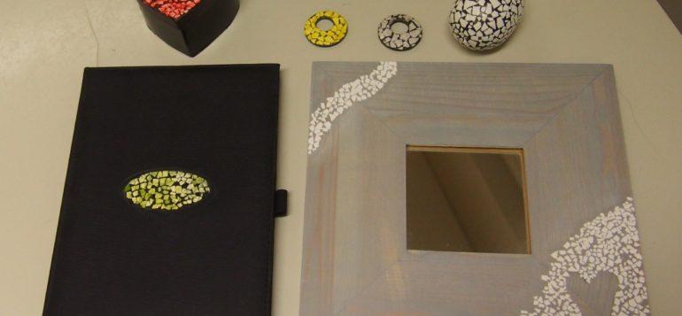 munankuorimosaiikki yksi rasia peilinkehyskirjan kansi koristemuna ja kaksi riipusta