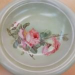 posliinimalja ruusukuvioita