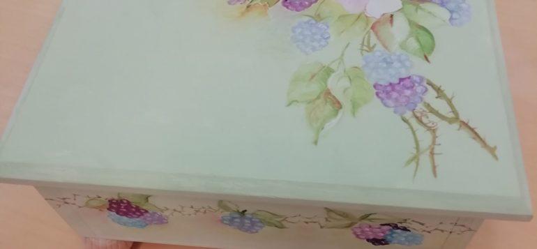 puinen rasia vaalenvihreä ja kukkakuvioita