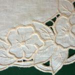 Leikekirjontaliina 2b, vaalea pellavakangas, helmilanka, yksityiskohta