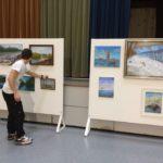 Maalauskurssien näyttely aulassa keväällä 2019 (1)