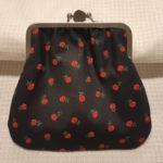 Musta kaksiosainen kehyskukkaro punaisia pieniä kukkia (1)