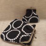 Mustavalkoisia yksiosaisia kehyskukkaroita