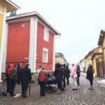 Opaskurssilaiset Vanhassa Raumassa opiskelemassa opastusta