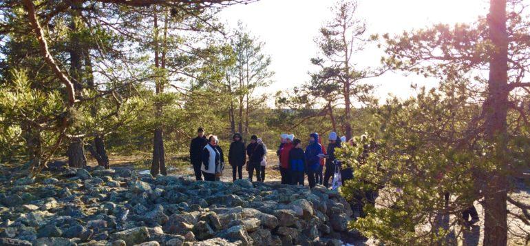 Opaskurssilaiset keväällä Unescon maailmanperintökohteeseen tutustumassa Sammallahdenmäellä