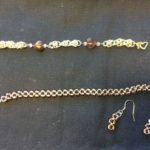 Prinsessaketju violeteilla sydän helmillä, ranneketju ja korvakorut, joihin on pujotettu pieniä violetteja helmiä