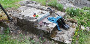 Matto, vaatteita ja muita esineitä betoniportailla.