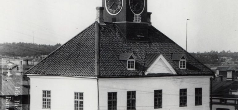 Mustavalkoinen valokuva Rauman Vanhasta Raatihuoneesta vuodelta 1899.