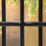 Lähikuva kaltereista Vanhan Raatihuoneen ikkunassa.