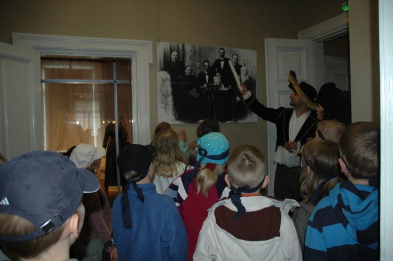 Seikkailuretkeläisiä museossa Marelassa