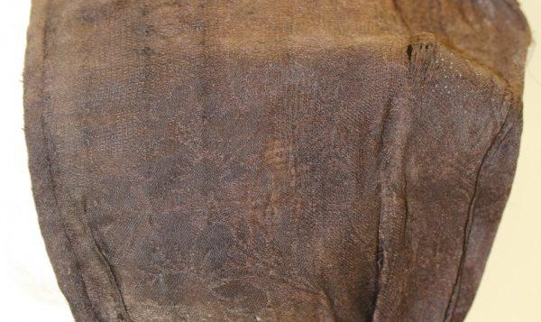 Köyliön kirkon hautatekstiili, silkkimyssy