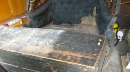 Reen konservointia, osittain puhdistettu istuin
