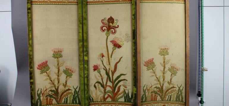 Konservoitu sermi kokonaisuudessaan. Sermi koostuu kolmesta osasta, joihin on kirjailtu kukka- ja kasviaiheita.