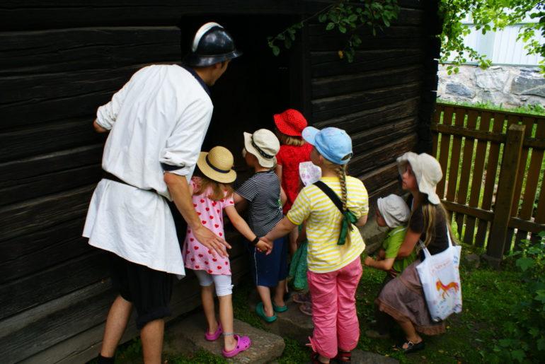 Kuvassa seikkailuretkeläisiä tutustumassa Kirsti-museon aittaan.