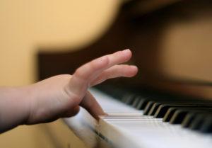 Lapsi soittaa pianoa