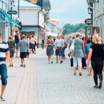 Ihmisiä kävelee Kuninkaankadulla Vanhassa Raumassa.