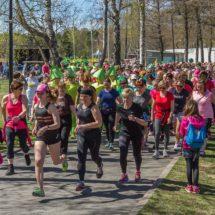 Flikkatte Vitone -juoksutapahtuman lähtö. Naiset lähdössä juoksemaan aurinkoisessa säässä.