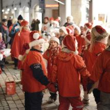 Lapset tonttupuvuissaan Vanhassa Raumassa.