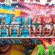 Tivoli Seiterä. Lapsia huvipuistolaitteessa.