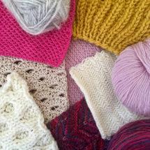 Eri värisiä neulepintoja ja lankoja.