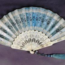 Naisten työt-näyttelyssä esillä oleva sininen silkkiviuhka 1800-luvun lopulta.