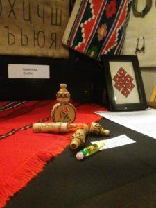 Bulgarialaisia esineitä esillä vitriinissä Raatihuoneen aulassa.